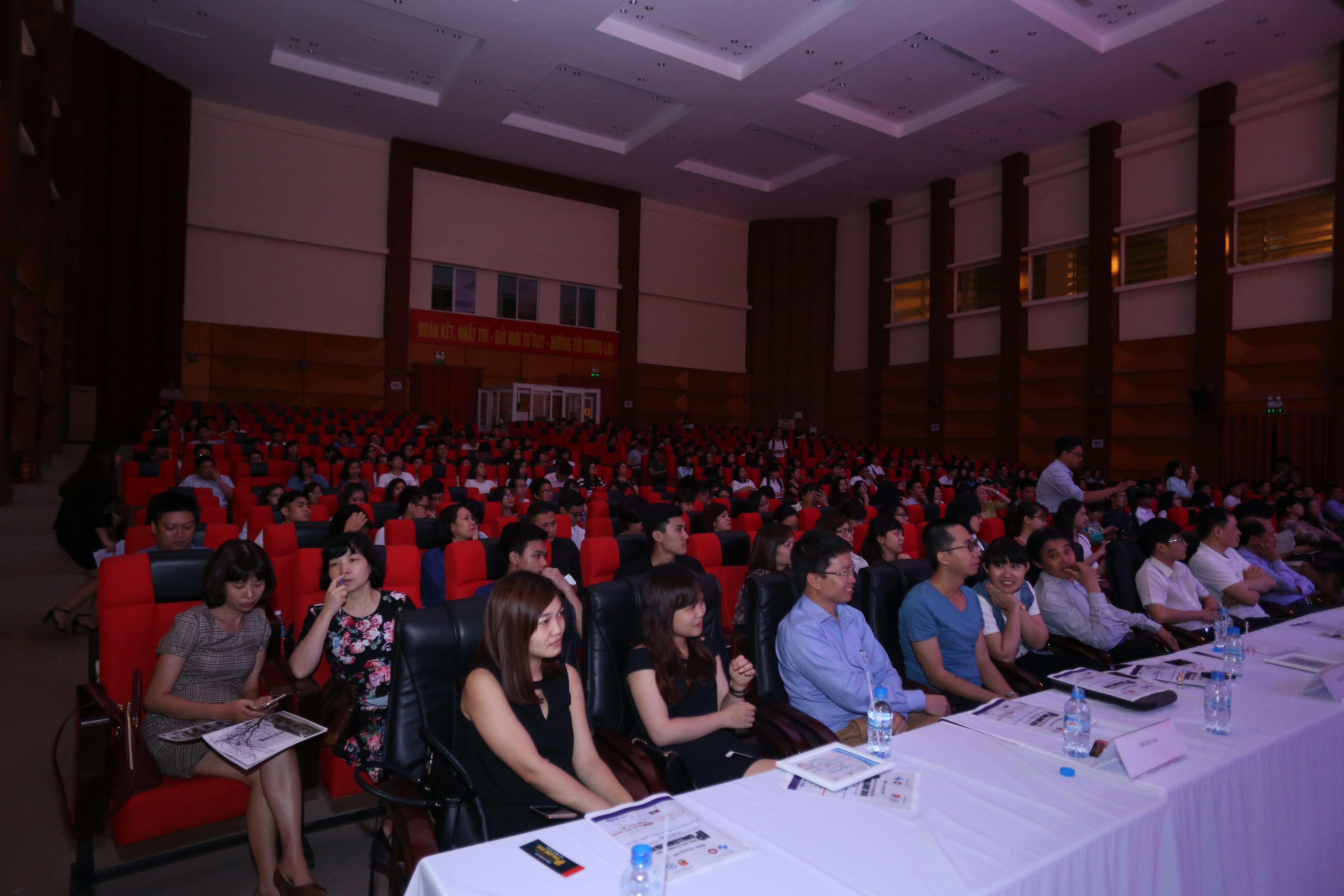 Toàn cảnh đông đảo khán giả cổ vũ cho cuộc thi