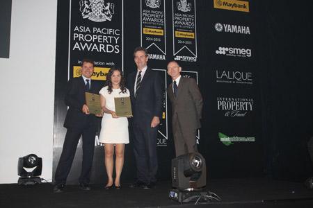 Đại diện TCT Viglacera nhận giải từ BTC