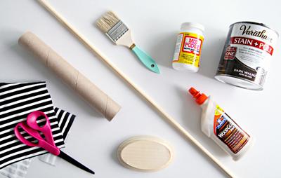 Bàn trang điểm của bạn sẽ gọn gàng và đẹp hơn rất nhiều với chiếc kệ đựng đồ trang sức bằng lõi giấy với những dụng cụ rất đơn giản.