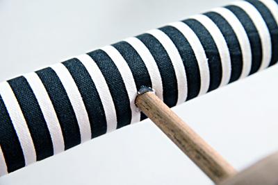 Cuối cùng, bạn dán đầu thanh gỗ còn lại vào lỗ giữa lõi giấy là xong.