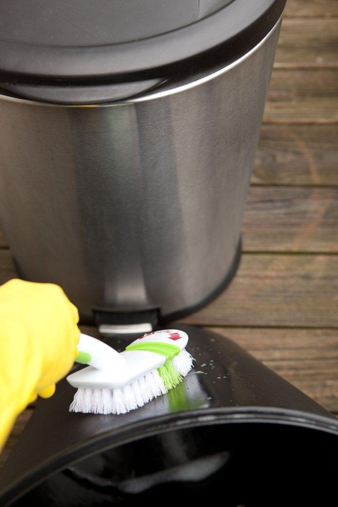 Dùng bàn chải cọ nhà vệ sinh hoặc chổi lông cứng dài để cọ sạch triệt để thùng rác