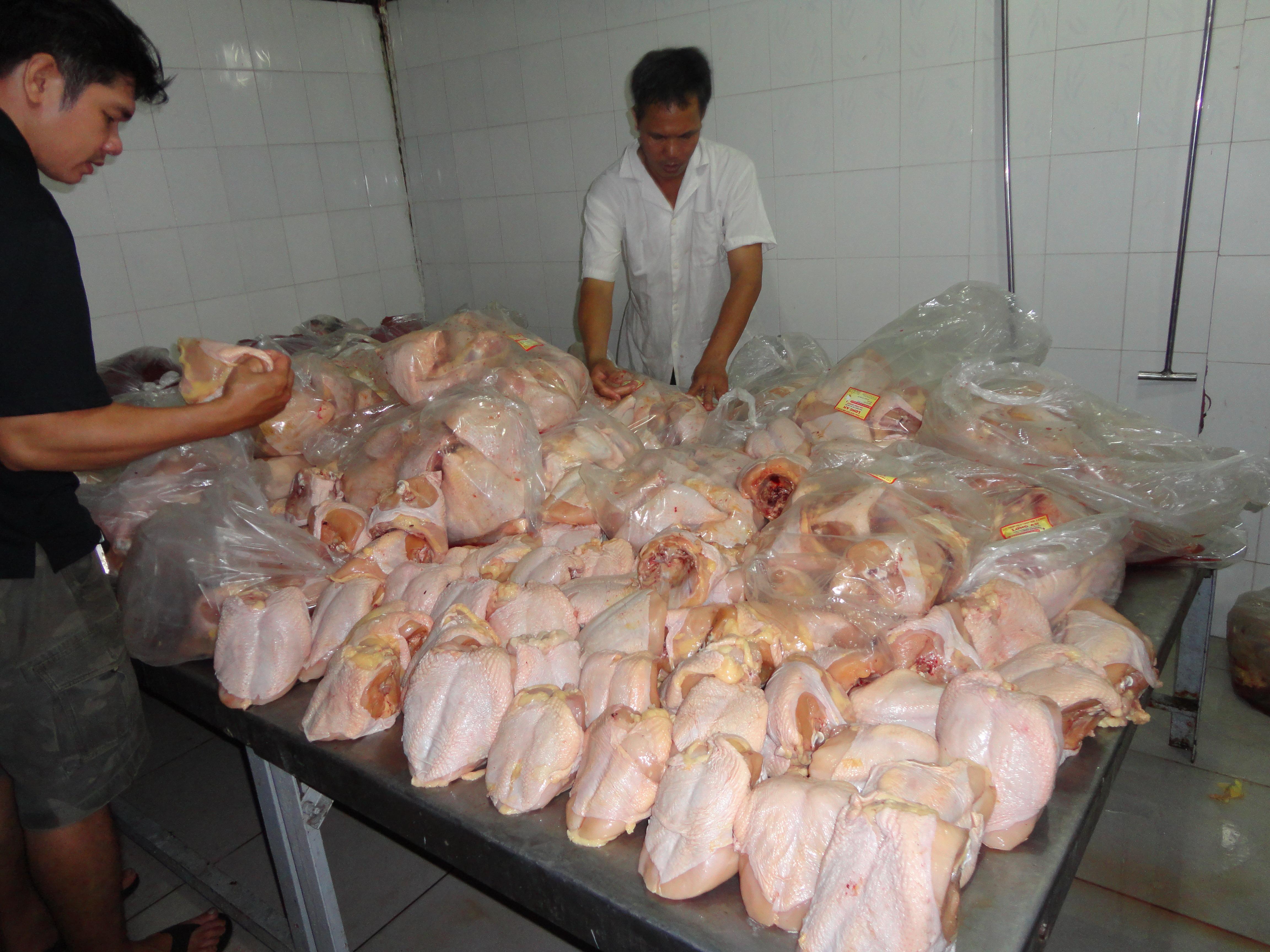 Người tiêu dùng nên biết cách phân biệt gà ta và gà Trung Quốc để chọn được gà ngon cho gia đình