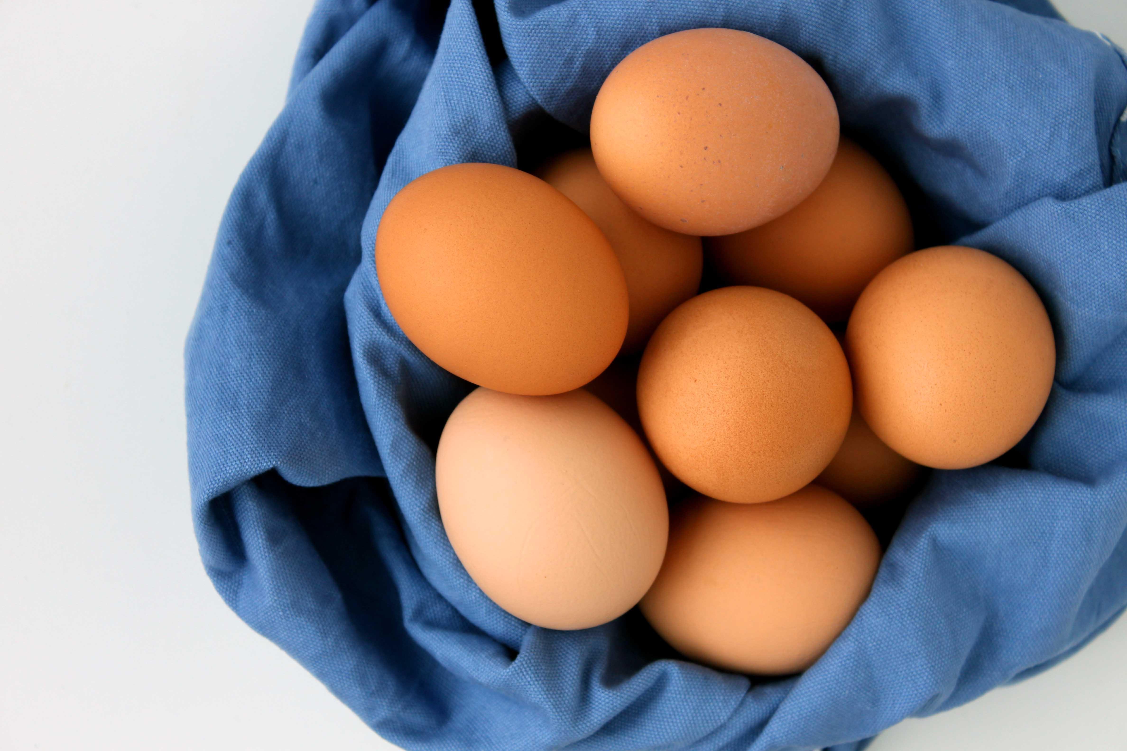 Nhận biết thực phẩm an toàn là trứng gà giúp người tiêu dùng tránh mua phải trứng giả, kém chất lượng