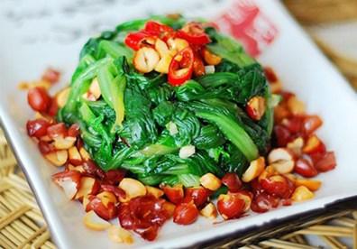 Nộm cải canh giòn dai, chua cay, ngọt bùi, có vị hơi the the đặc trưng của cải nghe thật hấp dẫn.