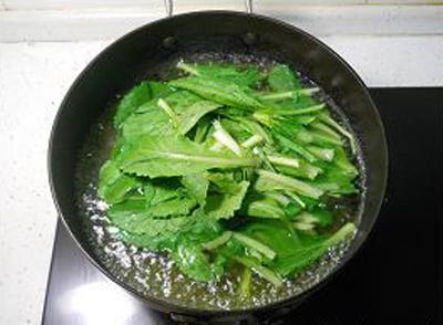 Cải canh bỏ gốc, bỏ lá vàng héo, tách rời từng lá, rửa sạch rồi ngâm nước muối loãng khoảng 15 phút. Đun sôi nồi nước, bỏ rau cải vào luộc đến độ mềm vừa ý.