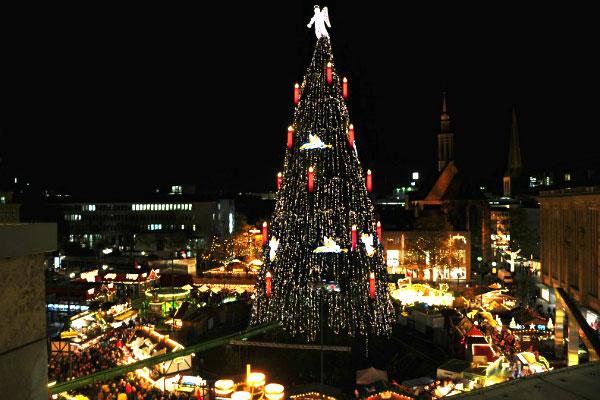 Cây thông Giáng sinh tự nhiên lớn nhất thế giới tại Dortmund, Đức: Với chiều cao 45m, cây thông tại thành phố Dortmund, Đức được xem là cây thông Noel tự nhiên lớn nhất thế giới. Cây thông đặc biệt ấn tượng với vẻ đẹp tự nhiên, được trang trí bằng 1.700 48.000 chiếc đèn và một thiên thần khổng lồ có trọng lượng 90kg