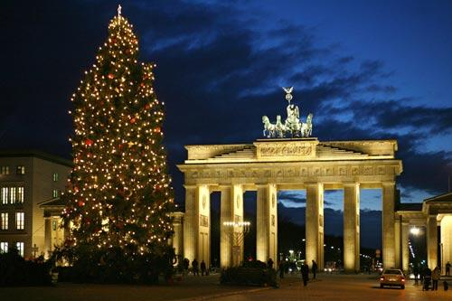 Cây thông noel đẹp nhất tại thủ đô Berlin, Đức: Thủ đô nước Đức đã được trang hoàng vô cùng lộng lẫy để đón giáng sinh. Một trong những điểm đến thu hút nhiều du khách nhất là cổng chiến thắng Brandenburger với cây thông cực lớn, sáng lấp lánh và còn cao hơn cánh cổng