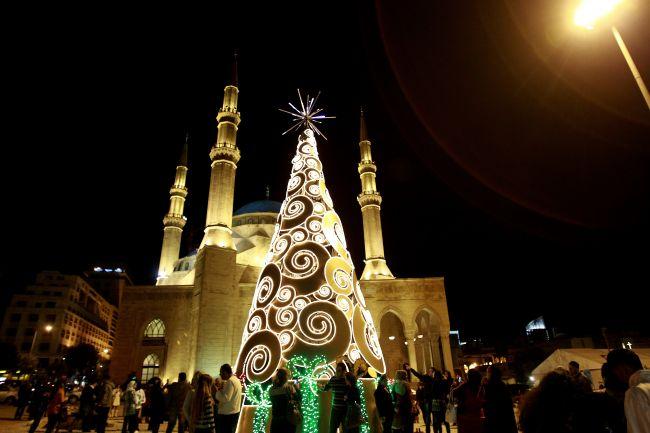 Cây thông noel khổng lồ tại Beirut, Liban: Những cây thông giáng sinh khổng lồ có thể được tìm thấy ở Lebanon. Đây là một trong những cây thông được trang trí bên cạnh các nhà thờ Hồi giáo Mohammed Al-Amin trong trung tâm thành phố Beirut