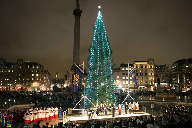 Cây thông noel đẹp nhất thế giới tại Basel, Thụy Sĩ: Đây là cây thông giáng sinh ở Basel được thiết kế bởi Herzog & de Meuron với ánh sáng tỏa ra như một vầng hào quang đầy kịch tính đã được thiết lập bên dưới mái nhà của phòng triển lãm Messe Basel