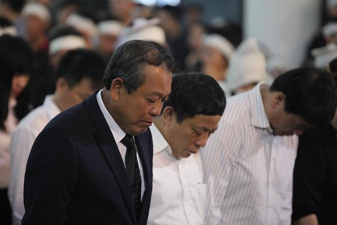Người thân Trung tướng Nguyễn Xuân Tư đến nhà tang lễ số 5 Trần Thánh Tông từ rất sớm.