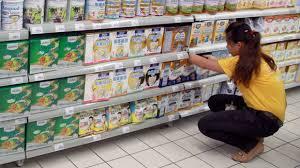 Người tiêu dùng phấn khởi vì giá sữa giảm mạnh sau những ngày đầu áp giá trần