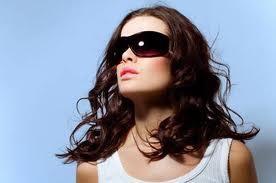 Kính mát tối màu là 1 trong 7 phụ kiện thời trang thu nổi bật năm nay dành cho những cô nàng cá tính.