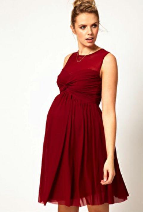 Quà noel cho bà bầu là một chiếc váy bầu màu đỏ sẽ khiến các bà vợ cảm thấy thích thú