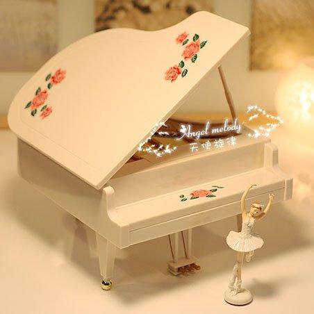 Mua tặng quà giáng sinh cho người yêu như hộp nhạc tinh xảo, đĩa CD hay iPod tải sẵn nhạc trong đó với những người tuổi Thân, Tý, Thìn