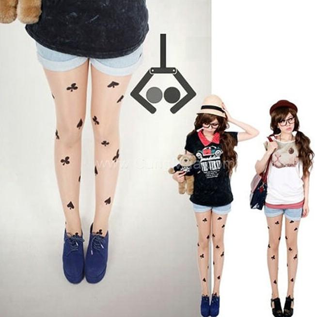 Hoặc cũng có thể mix những mẫu quần tất in họa tiết với các dáng váy đơn màu nhằm khắc phục sự chú ý của người khác vào những khuyết điểm của đôi chân, đồng thời làm cho các nàng trông thật gợi cảm với đôi chân dài thon thả.