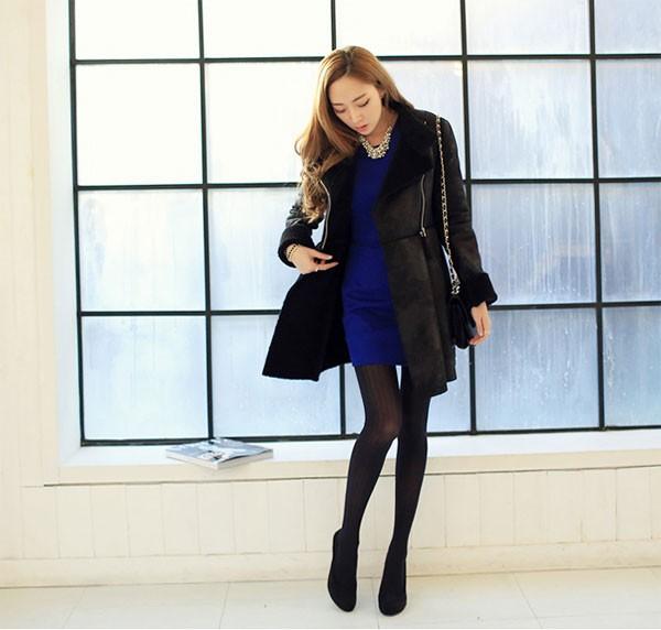 Mặc quần tất sao cho khéo tạo ra sự tương đồng với váy đầm, tạo sự hòa hợp và cân xứng về màu sắc. Tuy nhiên, không nhất thiết quần tất và váy đầm phải cùng màu nhau. Nếu đầm màu sẫm tối thì tất cũng sẫm tối là tốt nhất. Nên hướng tới các màu đen, xanh dương đậm, màu xám hay mầu than chì. Thế nhưng hãy tránh xa sự kết hợp váy đầm và quần tất đều màu vàng hoặc váy xanh quần hồng. Quần tất cũng rất nên tương đồng với giày. Đi giày màu sẫm thì tất cũng nên như thế. Nếu giày sẫm và chân váy màu sáng (hay ngược lại) thì hãy chọn đôi tất nào hợp với màu da của bạn bởi những chiếc quần tất màu da luôn an toàn với tất cả các trang phục.