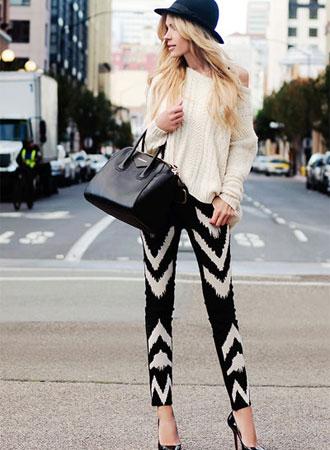 Sự kết hợp giữa những chiếc váy đen nhỏ xinh Little Black Dress cổ điển và quần tất họa tiết mũi tên đơn giản sẽ là sự lựa chọn hoàn hảo cho các nàng trong mùa thu đông này. Mẫu quần tất họa tiết mũi tên sẽ tạo cảm giác đôi chân các nàng dài và thon hơn, giúp tôn dáng đôi chân.