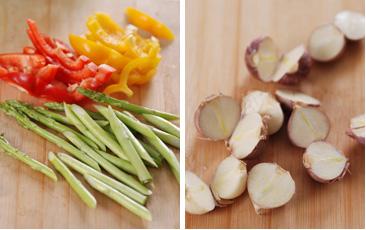 Hành tây rửa sạch rồi xắt nhỏ; tỏi, ớt chuông cũng rửa sạch rồi thái thành những khúc nhỏ hình hạt lựu.