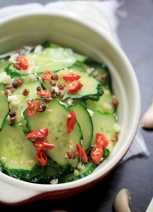 Bày salad dưa chuột ra đĩa rồi thưởng thức nhé! (Nếu cho dưa chuột vào tủ lạnh khoảng 15 phút, salad sẽ ăn ngon hơn rất nhiều.)