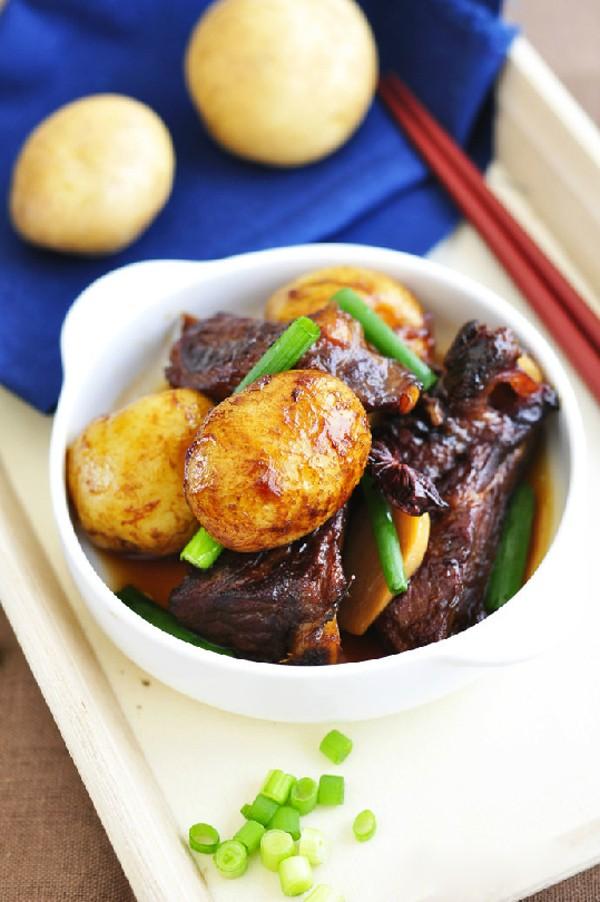 Món sườn om khoai tây có vị ngon đặc trưng, thịt sườn mềm mà lại thơm, đậm đà.
