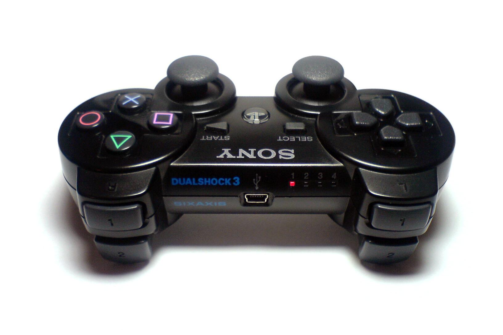Sony DualShock 3 Controller nổi bật với các tính năng chuyên dụng: kết nối sóng Bluetooth hoặc USB wireless, sở hữu chức năng rung, sử dụng pin sạc Lithium-Ion và điều đặc biệt là có thể vừa chơi vừa sạc pin khi kết nối qua cổng USB. Vì thế, các game thủ hãy sở hữu ngay cho mình một chiếc chiếc tay cầm chơi game Sony DualShock 3 nhé.