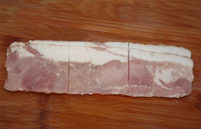 Cắt thịt xông khói theo từng miếng với chiều dài và rộng khoảng 7cm - 4cm hoặc mua thịt xông khói cắt sẵn trong siêu thị cũng được.