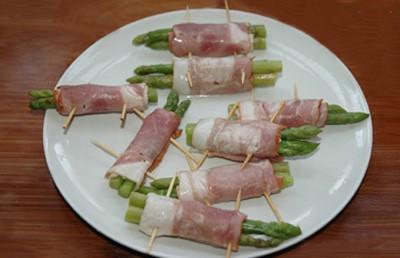 Đặt 1 miếng pho mát mỏng lên cuộn thịt, sau đó là 2 ngọn măng tây, thanh cua và nấm kim châm vào rồi cuộn lại, dùng tăm để cố định hai đầu.