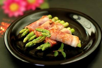 Rút tăm ra, bày ra đĩa, dùng nóng. Thịt xông khói vốn dĩ đã có độ mặn nhất định nên không cần nêm thêm muối trong lúc chế biến nữa nhé!