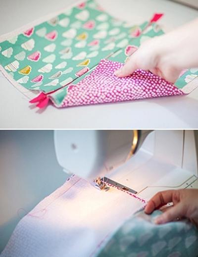 Tiếp theo, bạn lật hai tấm vải màu xanh và hai tấm vải màu hồng về hai phía ngược hướng nhau rồi khâu đường viền xung quanh, cách mép vải 1cm, chừa trống đoạn trên phần vải màu hồng để lộn mặt phải ra ngoài.