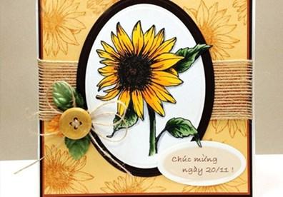 Cũng vẫn sử dụng mẫu hoa hướng dương nhưng bạn có thể thay đổi khuôn hình nền thiệp, in nền hoa chìm cho bìa thiệp, buộc trang trí thêm sợi dây và đính cúc hay các phụ kiện trang trí khác. Hãy thỏa sức sáng tạo với hình mẫu hoa hướng dương nhé!