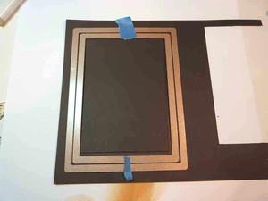 Cắt hai khung chữ nhật bằng bìa cứng có màu nổi bật trên nền bìa thiệp. Bạn có thể cắt bằng bìa trắng rồi tô màu cũng được. Khung có kích cỡ sao cho miếng nền thiệp đặt vừa khít bên trong khung nhỏ, khung nhỏ vừa khít trong khung lớn. Dán hai khung cân đối trên một nửa bìa thiệp. Dùng xốp 1 lớp dán để cho khung nhỏ thứ nhất nổi nhẹ trên bìa thiệp, dán hai lớp xốp để cho khung lớn kênh cao hơn khung nhỏ, tạo cảm giác khung ảnh sâu hút.
