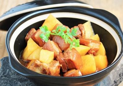 Thịt ba chỉ và khoai tây vốn là hai nguyên liệu vô cùng quen thuộc trong căn bếp. Kết hợp hai nguyên liệu quen thuộc, cách chế biến dân dã nhưng lại đem đến một món ăn mới mẻ cho bữa cơm gia đình ngày se lạnh.