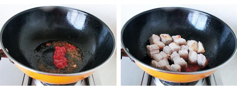 Làm nóng chảo với chút dầu ăn, đổ xốt cà chua vào khuấy đều rồi trút thịt lợn vào, đảo đều. Ở bước này, có thể thay thế xốt cà chua bằng nước màu tùy khẩu vị.