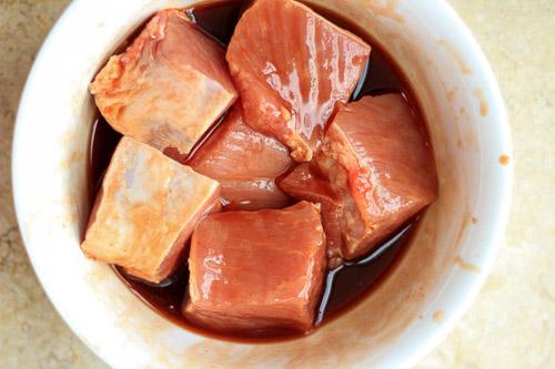 Cho thịt vào nước sốt xá xíu ngâm cho thấm gia vị.