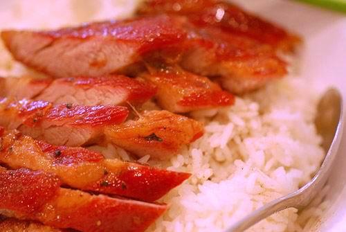 Thịt nướng để nguội 1 chút rồi thái thịt thành những miếng mỏng vừa ăn. Rắc ít hành lá thái nhỏ lên thịt nướng xá xíu rồi thưởng thức kèm các loại cơm trắng (hoặc mì nước), salad, bánh mì với dưa góp.