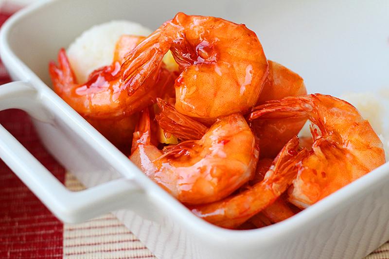 Món tôm sốt dứa vừa ngon lại vừa đẹp mắt, thịt chắc ngọt mà không khô xác, quyện trong nước xốt chua chua lại ngọt dịu miệng rất dễ ăn.