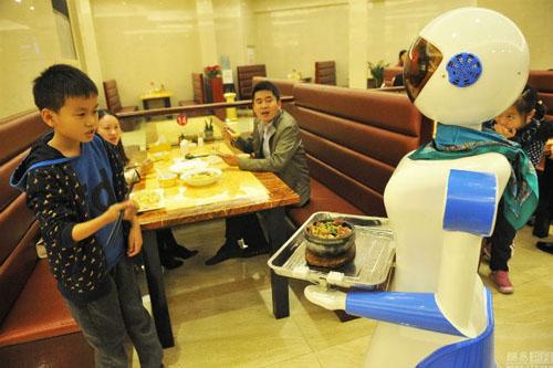 tin tức khoa học công nghệ mới nhất hôm nay 26/11 cho biết một nhà hàng mới khai trương ở Trung Quốc sử dụng nhân viên phục vụ là robot khiến các thực khách rất thích thú