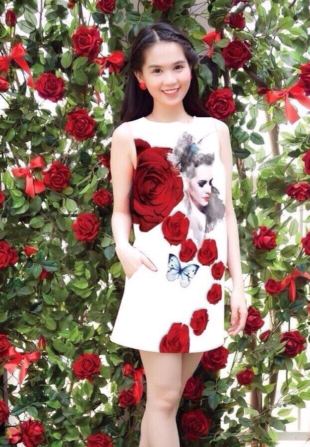 Nếu có hẹn đi chơi buổi tối với bạn bè hay người yêu thì các nàng có thể chọn chiếc váy kiểu dáng high-low họa tiết hoa hồng to. Đây là một gợi ý rất thú vị, tinh tế trong việc lựa chọn phụ kiện như băng đô hay giày cao gót cùng tone sẽ giúp các quý cô trở nên nổi bật hơn.