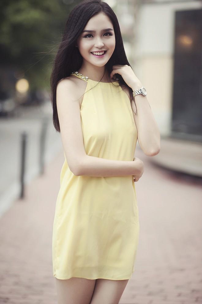 Style váy đơn giản, trẻ trung sẽ rất phù hợp với những cô nàng chọn đón giao thừa ngoài phố cùng bạn bè.
