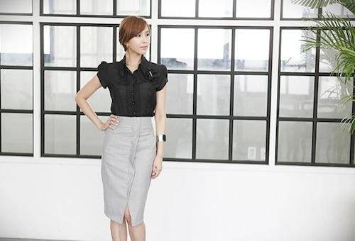 Chân váy bút chì xẻ vạt trước với điểm nhấn là hàng khuy dọc phía trước sẽ giúp người mặc xóa tan cảm giác gò bó nơi công sở. Các nàng có thể lựa chọn những chiếc áo boxy pha voan nhẹ nhàng thay vì lựa chọn áo sơ mi cứng ngắc.