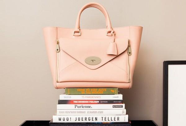 Đặc biệt, gam màu hồng đang lên ngôi và những chiếc túi màu hồng cũng vậy. Chúng sẽ là những viên kẹo ngọt, nhấn nhá thêm cho nét nữ tính trên bộ đồ của những cô nàng dễ thương, đáng yêu, phù hợp với phong cách công sở. Hiện túi được bán với mức giá chính thức khoảng 615.000 đồng.