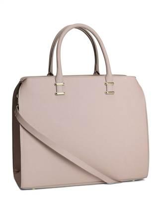 Pale beauty nâu sẫm, đáng yêu với kiểu dáng đẹp. Đặc biệt, các nàng sẽ trở nên khác biệt hơn với gam màu tím hoa cà nổi bật. Với mẫu túi này, các nàng có thể mix đồ thoải mái mà không lo không hợp thời trang. Hoặc những cô nàng đáng yêu, dễ thương cũng có thể chọn cho mình mẫu túi Pale beauty màu hồng phấn. kiểu túi này được bán với mức giá khoảng 847.000 đồng.