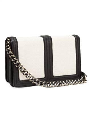 Với số tiền khoảng 635.000 đồng, các nàng có thể sở hữu kiểu túi colour block Cold shoulder đa năng với sự phối màu tinh tế, có dây quai dài.