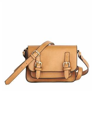 Teacher's pet: Quai ngắn, đáy bằng thiết kế đơn giản, kiểu túi đeo vai này có kích thước rộng hay nhỏ tùy thuộc vào mỗi sáng tạo của các nhà thiết kế. Các nàng có thể chọn mua kiểu túi này với hình bút chì hoặc mix với kiểu áo cộc tay đơn giản. Các nàng có thể sở hữu kiểu túi này với mức giá khoảng 1.060.000 đồng.