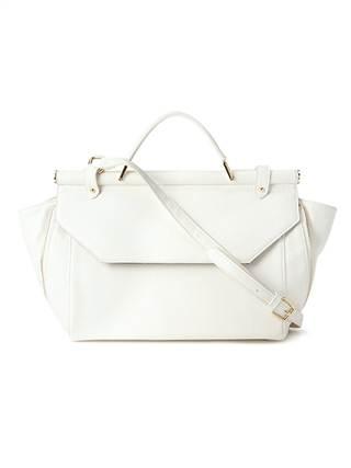 Chiếc túi Crisp finish trắng tinh khôi mix cùng chiếc váy maxi dài đáng yêu cùng chiếc sơ mi đơn giản sẽ là sự lựa chọn hoàn hảo cho những cô nàng thuần khiết, đáng yêu và giản dị với mức giá phải chăng khoảng 632.000 đồng.
