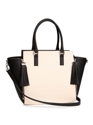 Two times a lady: Nếu muốn những phụ kiện trong mùa thời trang thu này của mình trở nên nổi bật hơn bao giờ hết thì đây là lựa chọn hoàn hảo cho các nàng. Sự phá cách và pha trộn khéo léo giữa hai tông màu hồng phấn và màu đen tạo nên sự ấn tượng cho chiếc túi. Đối với những cô nàng đơn giản và thuần túy thì màu đen sẽ phù hợp hơn. Các nàng có thể sở hữu kiểu túi phá cách này với mức giá khoảng 847.000 đồng.