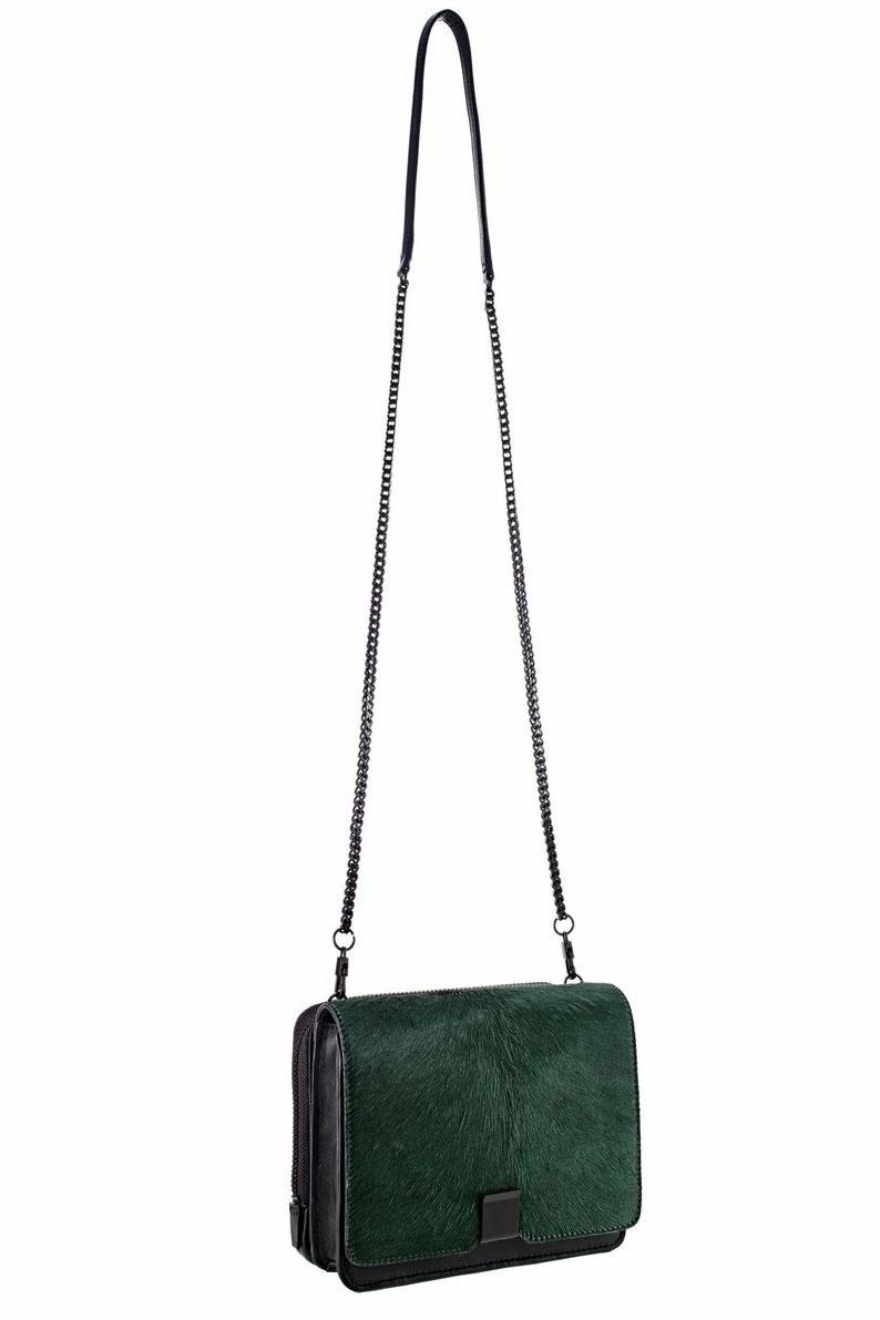 Chiếc túi đeo chéo Loeffler Randall có phần thiết kế đúng chất thời trang, với những khối màu trung tính, trên nhiều chất liệu khác nhau được kết hợp rất hài hòa, đẹp mắt. Hãy đặt mua ngay một chiếc túi đeo chéo Loeffler Randall với mức giá khoảng 10.494.000 màu xanh đục này ngay nhé các nàng.