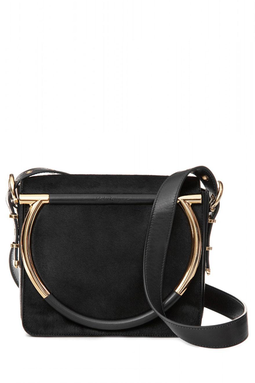 Túi xách đeo chéo da thật Salvatore Ferragamo màu đen rất đẹp và sang trọng được làm hoàn toàn từ chất liệu da thật rất mềm mại. Ngoài ra, túi được điểm thêm 2 chiếc quai kim loại ánh vàng sáng bóng làm cho chiếc túi da lại càng thêm cá tính và lộng lẫy. Với thiết kế nhỏ gọn và đẹp,chiếc túi da này là 1 sự hoàn mỹ từ trong ra ngoài. Các nàng có thể sở hữu chiếc túi trị sang trọng giá khoảng 58.300.000 đồng này trong mùa thu năm nay.