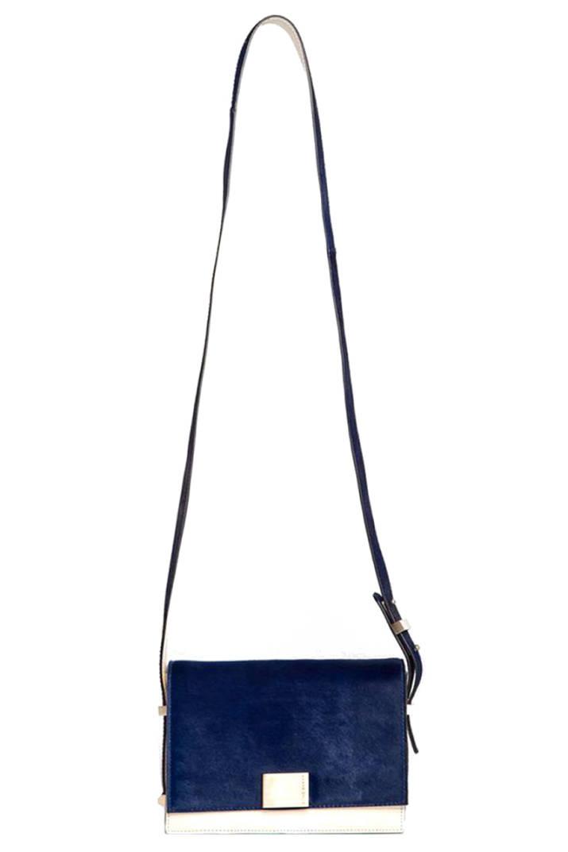 Mẫu túi Karen Gallo sang trọng, năng động cùng gam màu xanh đậm nhẹ nhàng sẽ là lựa chọn hàng đầu của các quý cô trong mùa thu này. Chiếc túi có giá khoảng 26.500.000 đồng.