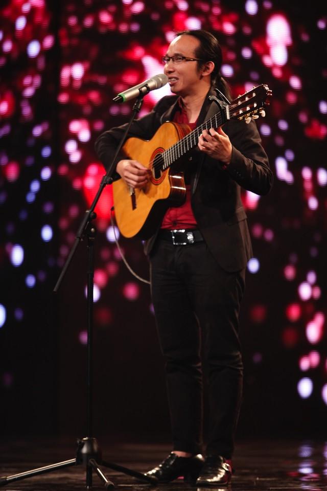 """Tiết mục """"Cõng mẹ đi chơi"""" đầy cảm động ở Vietnam's Got Talent 2014 tập 7 đã khiến nhiều khán giả rơi lệ."""